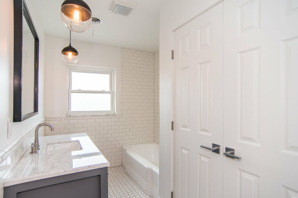 sun-bay-builders-546-rafael-blvd-ne-saint-print-021-23-bathroom-upstairs-4200×2800-300dpi